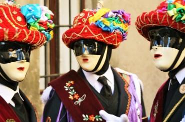 Carnevale, costumi per adulti e di gruppi