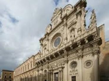 Lecce, invasione di scarafaggi anche nei portoni dei palazzi del centro