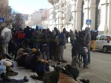 """I migranti del """"Gran Ghetto"""" di Rignano G.co protestano davanti la Prefettura. Vogliono rimanere nel villaggio di cartone [FT]"""