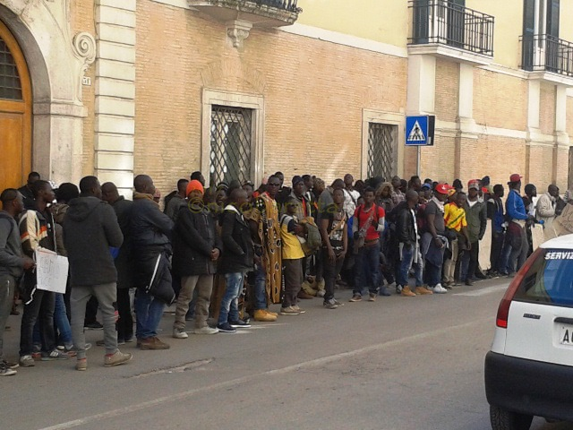Migranti, due morti in un incendio nel Gran ghetto di Rignano