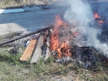 Crotone, sorpreso mentre alimenta un cumulo di rifiuti in fiamme