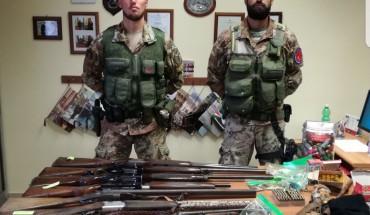 [I Cacciatori Calabria che hanno rinvenuto e sequestrato le armi   -foto CC-]