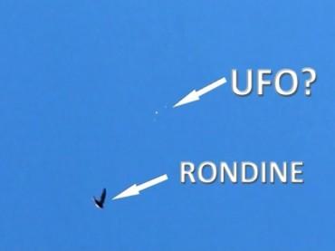 FORMAZIONE UFO IN PIENO GIORNO  A TRIANGOLO FILMATA SU ROMA DA DUE PERSONE