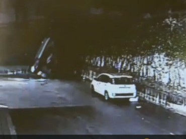 """Monte Sant'Angelo, auto """"vola"""" e si schianta sull'asfalto. Nessun morto per fortuna [VIDEO]"""