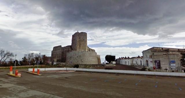Il parcheggio vicino al castello a Monte Sant'Angelo