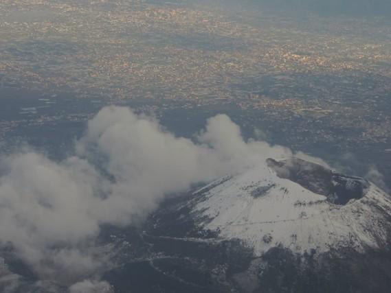 Napoli: la più bella metropoli del Mediterraneo: Il Vesuvio innevato visto da un volo di linea ph Ele's www.ele22.it