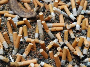 Gettate i mozziconi di sigaretta per terra… Ma nei posaceneri da pavimento