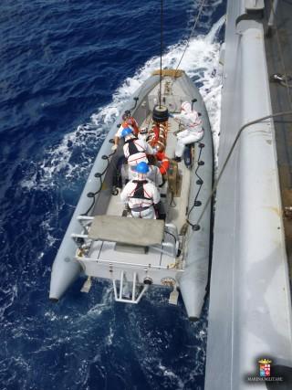 Arrivo a bordo nave Grecale del migrante ferito