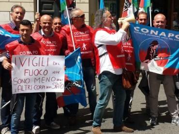 VIGILI DEL FUOCO, PROTESTA DEL CONAPO DAVANTI ALLA SEDE DEL PD A ROMA: