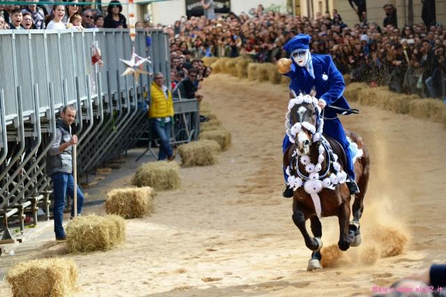 Un cavalliere in corsa. Sartiglia 2017 ph Ele's www.ele22.it