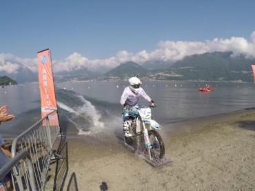 Luca Colombo con la traversata in moto del Lago di Como è record mondiale di percorrenza sull'acqua dolce
