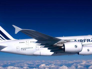 Spettacolare incidente su un aereo Air France che collega Orly ad Aurillac: colpito in pieno volo si fora la carlinga