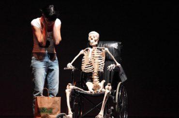 """""""Be Normal!"""": prima regionale dello spettacolo della compagnia Sotterraneo venerdì 13 aprile alla stagione Mutaverso Teatro"""