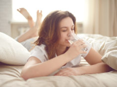 Meno 2 ore di sonno a notte: ecco quanto ci costa non bere abbastanza acqua